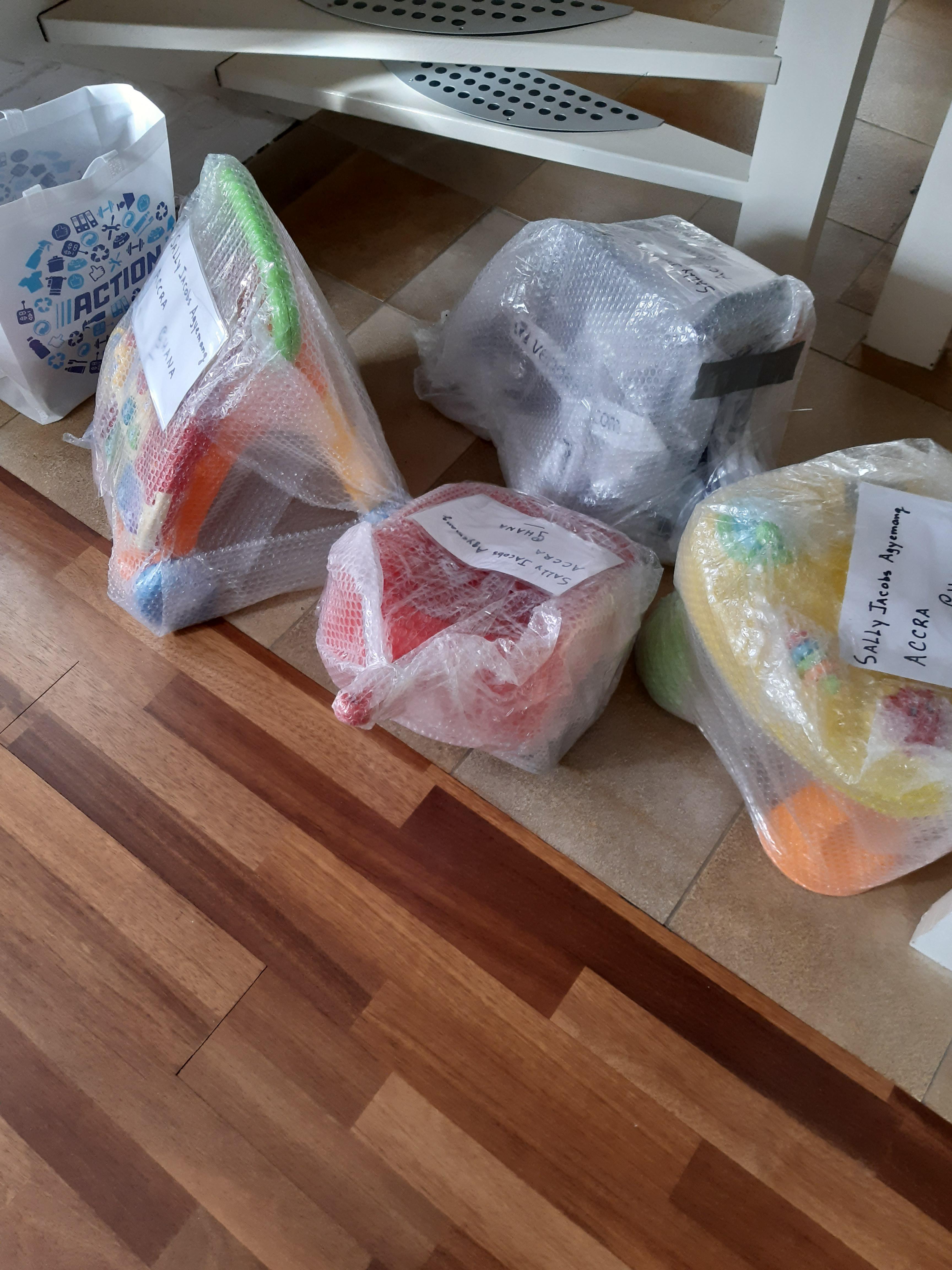 Noppenfolie standaard gebruik: Om plastic speelgoed te versturen naar weeshuis in Ghana