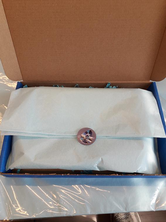 Gekleurd zijdevloeipapier gebruik: Ik gebruik het om de sieraden of glasproducten in te pakken.